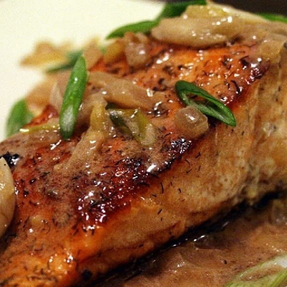 spiocy salmon filletswith caramelized onions