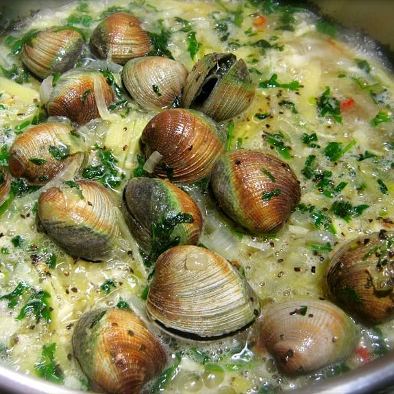 Pressure Cooker Drunken Clams - Magic Skillet