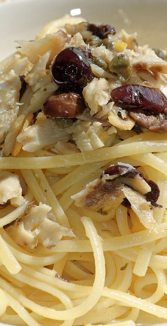 Walnut raisin linguine pasta recipe. Famous Italian linguine with walnuts, raisins, and breadcrumbs. Very delicious side or main dish. #pasta #linguine #dinner #homemade #easy #yummy