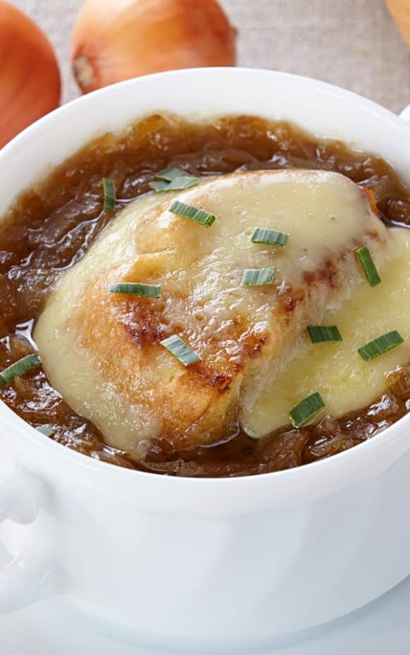 Slow Cooker French onion soup. Famous French onion soup (light version) cooked in a slow cooker. #slowcooker #crockpot #dinner #homemade #soup #yummy