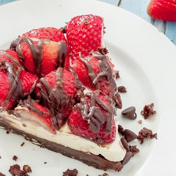 slow cooker hazelnut cheesecake with strawberries
