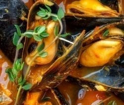 Pressure cooker mussels Fra Diavolo. Delicious mussels with homemade Neapolitan-style spicy sauce cooked in a pressure cooker. #pressurecooker #instantpot #dinner #seafood #mussels #homemade #yummy #delicious #easy