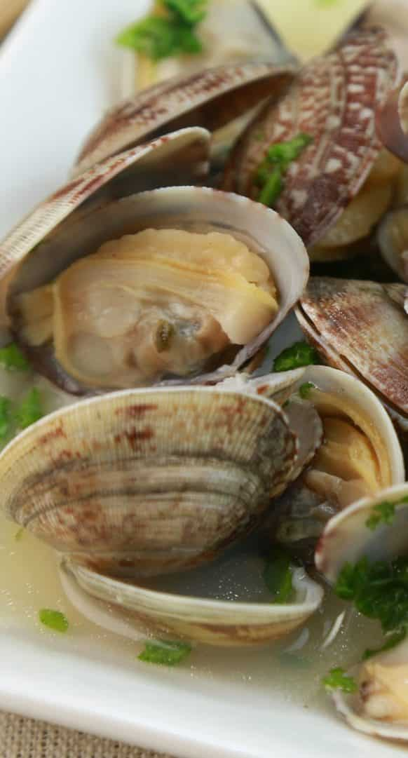 Pressure Cooker Steamed Clams in Lemon Wine Broth #pressurecooker #instantpot #seafood #clams #homemade #dinner #healthy