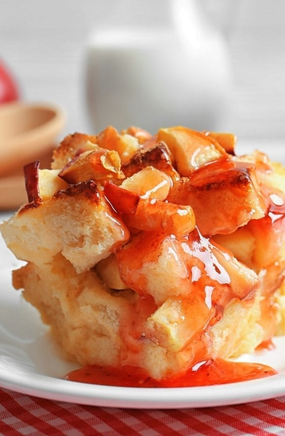 Slow cooker apple bread pudding recipe. Very easy, healthy, and delicious dessert cooked in a slow cooker. #slowcooker #crockpot #pudding #dessert #apple #homemade #yummy #easy