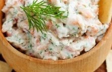 Slow cooker smoked salmon dip recipe. Canned smoked salmon with cream cheese, mayonnaise, and artichokes cooked in a slow cooker. #slowcooker #crockpot #salmon #dip #appetizers #party #easy