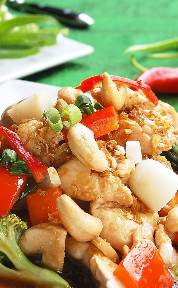 Pressure cooker chicken and cashew stir-fry recipe. Chicken breast strips with vegetables and cashews cooked in an electric instant pot. #pressurecooker #instantpot #chicken #dinner #homemade #healthy #lowcarb #stirfry