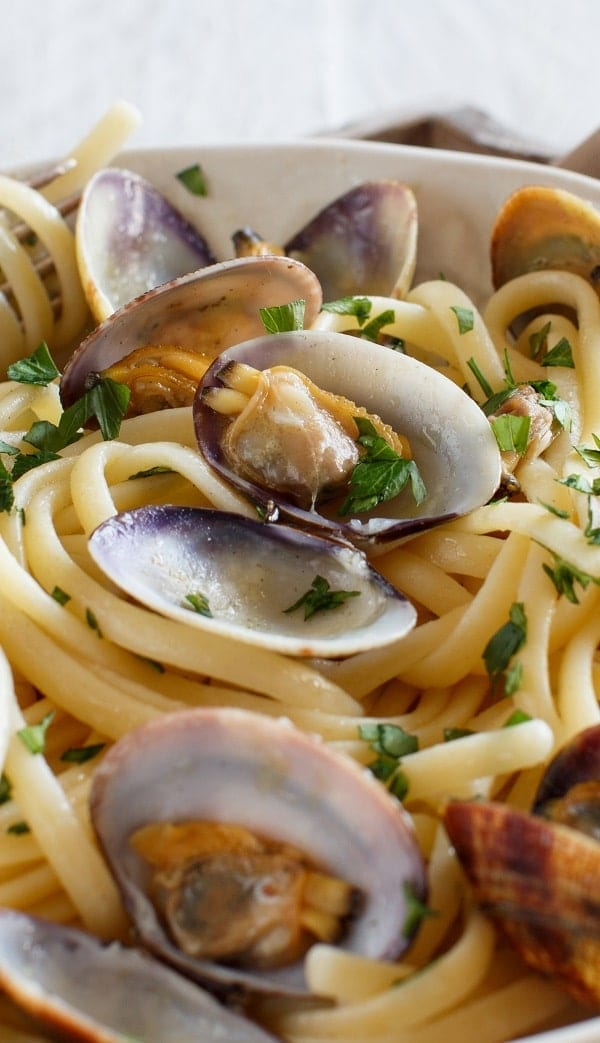 Pressure cooker clams with linguine. Clams with linguine, spices, and dry white wine cooked in a pressure cooker. #pressurecooker #instantpot #seafood #dinner #clams #linguine