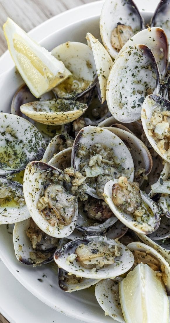 Pressure cooker lemon-butter steamed clams. Fresh clams with dry white wine, lemon juice butter and dill cooked in a pressure cooker. Simple and delicious! #pressurecooker #instantpot #seafood #dinner #clams