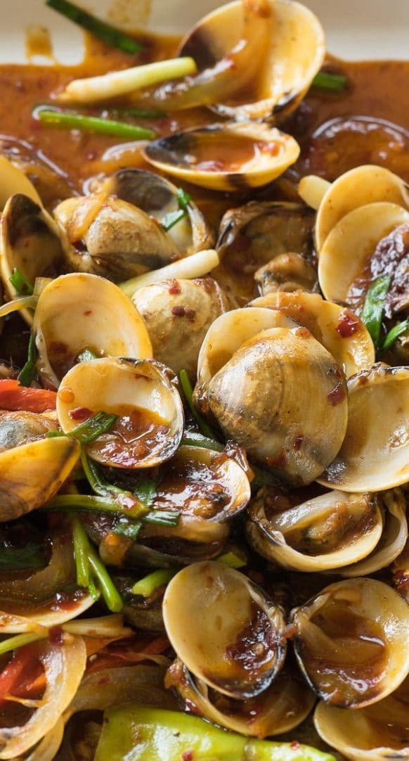 Pressure cooker spicy steamed clams. Clams with dry white wine, spices, and vegetables cooked in a pressure cooker. Serve with delicious pressure cooker spicy steamed clams with dry white wine, if desired. #pressurecooker #instantpot #dinner #seafood #clams #spicy #homemade
