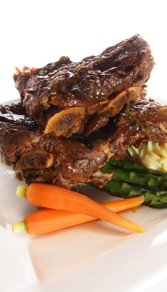 Slow cooker beer-braised beef short ribs recipe. Beer-braised ribs with vegetables and spicy sauce cooked in a slow cooker. #slowcooker #crockpot #beef #ribs #dinner #homemade