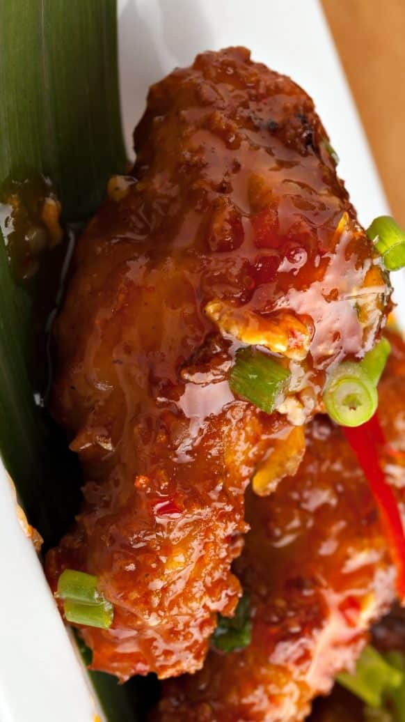 Slow cooker tangy chicken wings recipe. Sweet and spicy Thai chicken wings cooked in a slow cooker (crock pot). #slowcooker #crockpot #chicken #wings #appetizers #party #tangy #spicy
