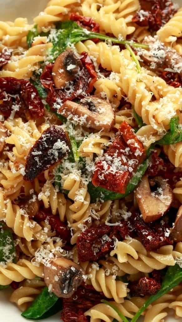 Slow cooker pasta with sun-dried tomato sauce. Cooked Italian pasta served with sun-dried tomatoes, mushrooms, and vegetables cooked in a slow cooker. #slowcooker #crockpot #pasta |3dinner #homemade #onepot #yummy
