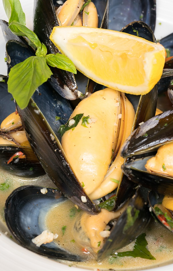 Pressure cooker moules Dijonnaise. This recipe belongs to French cuisine. Mussels with herbs, mustard, dry white wine, and heavy cream cooked in a pressure cooker. Very delicious! #pressurecooker #instantpot #dinner #healthy #seafood #magicskilletrecipes