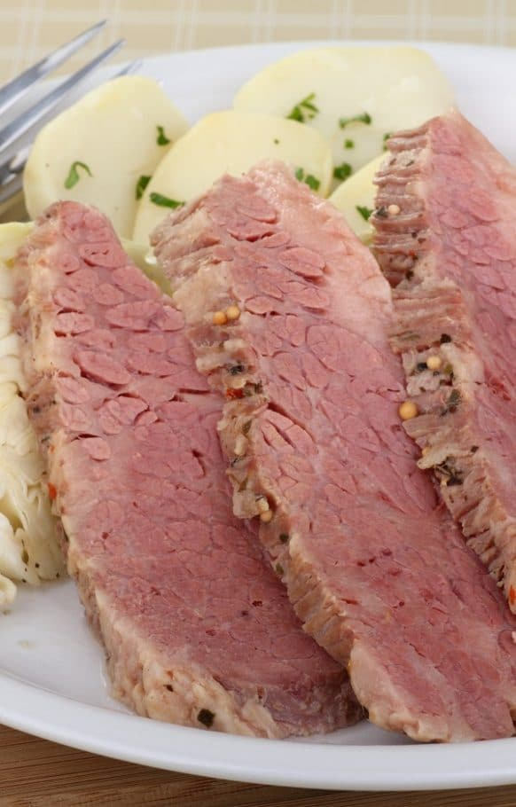 Crock pot Guinness corned beef recipe. Corned beef brisket with vegetables and Guinness beer cooked in a crock pot. Very easy and yummy! #slowcooker #crockpot #dinner #beef #corned