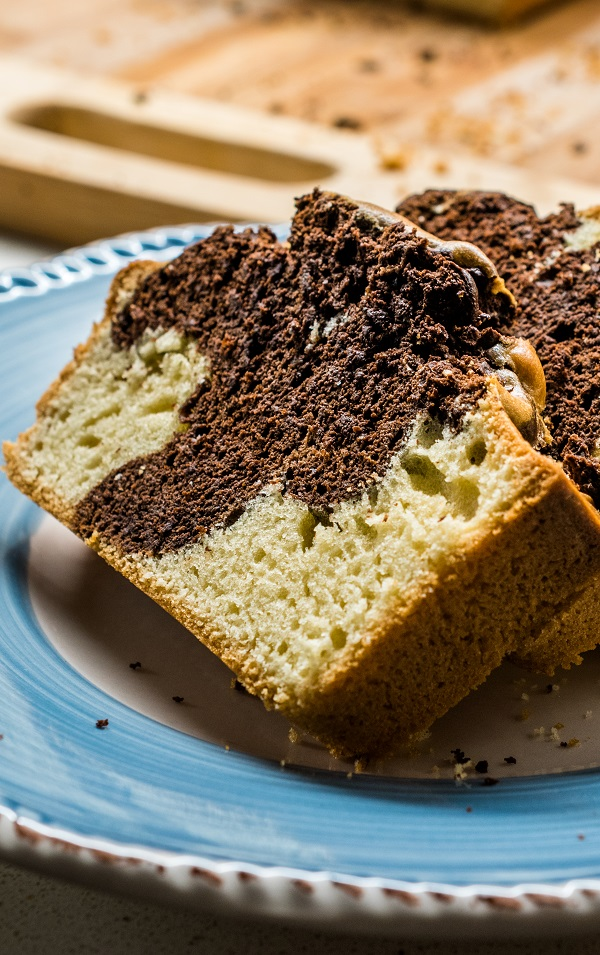 Slow cooker marble pound cake recipe. Very easy dessert cooked in a slow cooker and served with homemade chocolate glaze. This tasty and tender cake can be dusted with powdered (caster) sugar and cocoa.#slowcooker #crockpot #desserts #cakes #breakfast