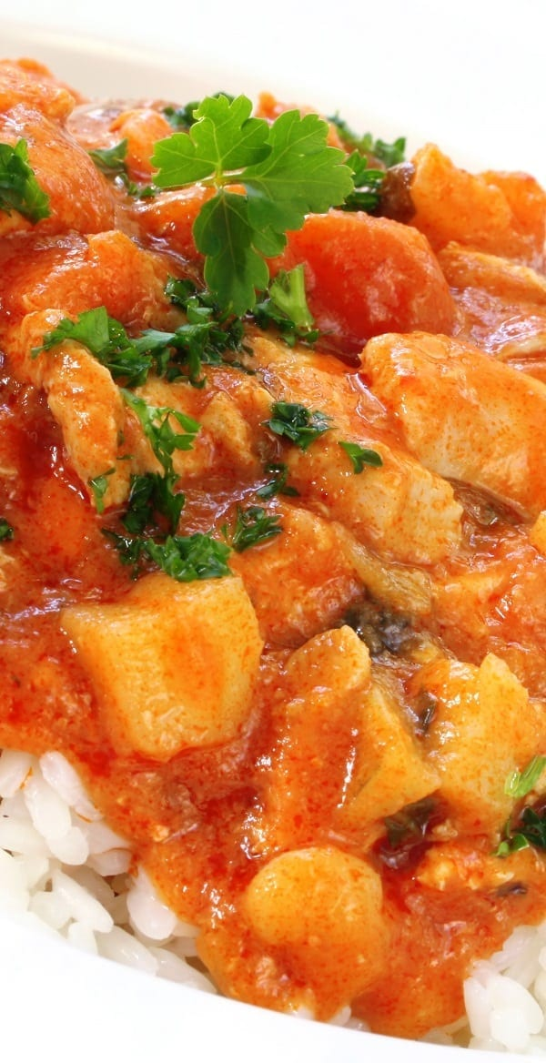 Slow cooker fragrant chicken curry recipe. Chicken thighs with spices cooked in the slow cooker. #slowcooker #crockpot #dinner #chicken #curry #healthy