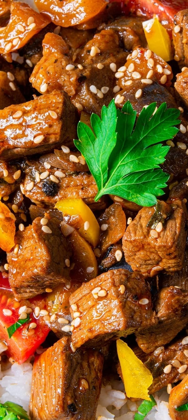 Slow cooker beef tajine recipe. Moroccan-style beef with vegetables, and spices cooked in a slow cooker. Very easy and delicious! #slowcooker #crockpot #beef #dinner #easy #delicious