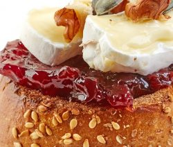 Slow cooker cherry-pistachio brie recipe. Slow-cooked brie cheese with a cherry-cognac mixture and toasted pistachio. Very easy and elegant dessert recipe. #slowcooker #crockpot #desserts #recipes