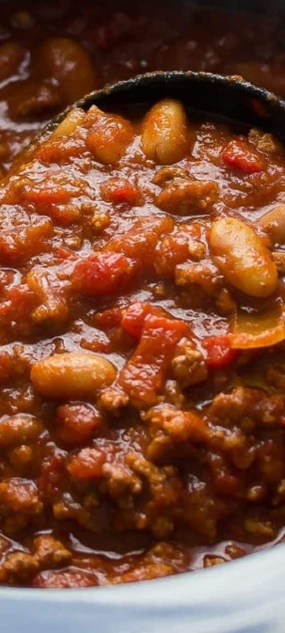 Crock pot roasted red pepper chili recipe. Ground beef with white beans, vegetables, and spices cooked in a crock pot. Very easy and delicious chili! #crockpot #slowcooker #dinner #chili #homemade #glutenfree