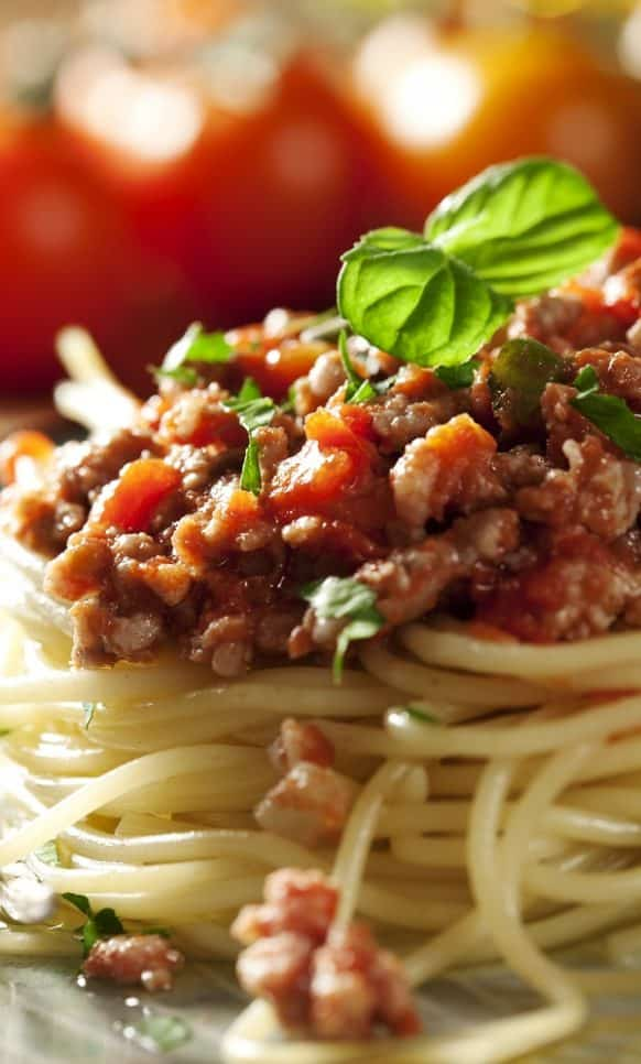 Slow cooker spaghetti sauce Italiano recipe. Very delicious sauce, which includes ground beef, Italian sausages, tomatoes, mushrooms, and spices, cooked in a slow cooker and served over the cooked spaghetti. #slowcooker #crockpot #sauce #spaghetti #italian #dinner #homemade