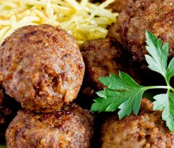 Oven cooked meatballs recipe. Beef and pork meatballs cooked in a halogen (turbo) oven. Very easy and delicious! #turbooven #halogenpven #meatballs #dinner #lunch