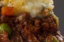 Slow cooker Shepherds pie recipe. Very easy and delicious pie with ground lamb, vegetables, and spices. #slowcooker #crockpot #pie #dinner #easy #yummy