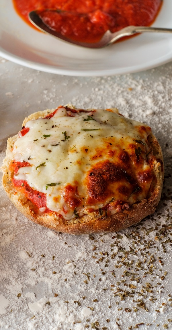 Air fryer English muffin pizzas recipe. Learn how to cook easy and yummy mini pizzas in an air fryer. #airfryer 3oven #pizza #dinner #easy