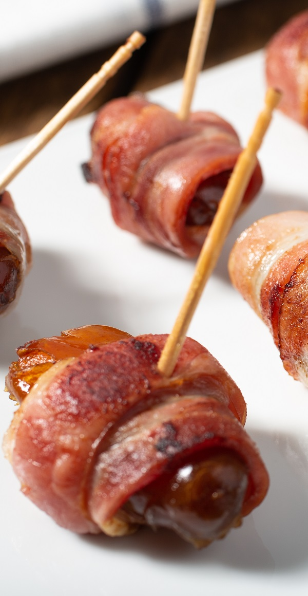 Air fryer bacon-wrapped dates recipe. Learn how to cook delicious dates in an air fryer. Very easy appetizer! #airfryer #appetizers #party #easy