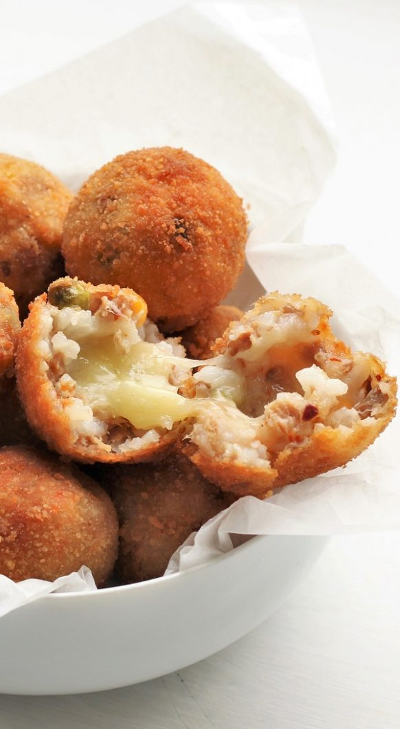 Air fryer breaded rice balls recipe. Breaded Italian rice balls fried in an air fryer. Easy and delicious. #airfryer #rice #balls #appitizers #dinner #easy #magicskilletrecipes