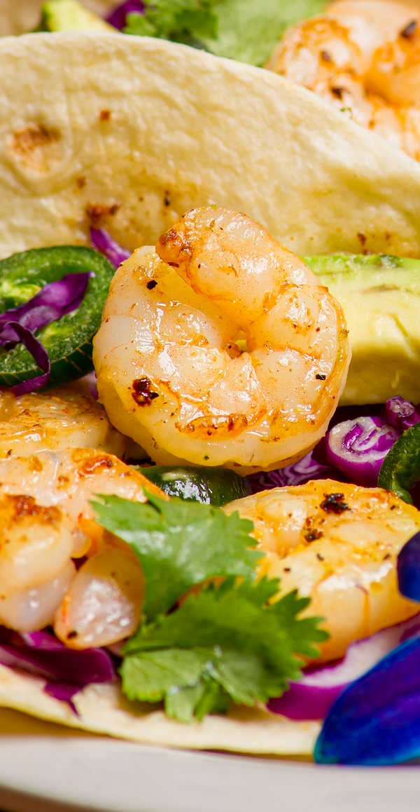 Air fryer blackened shrimp tacos recipe. Shrimp fried in an air fryer and served with Mexican tortillas, avocado, and jalapeño pepper. #airfryer #dinner #mexican #shrimp #blackened #tacos #tortillas