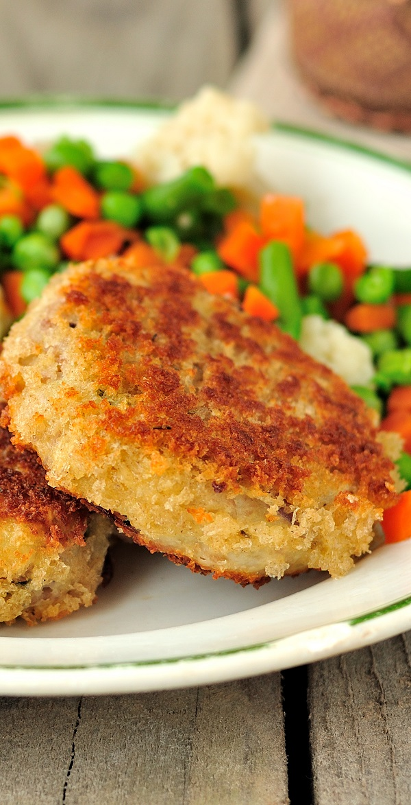 Air fryer golden crab and fish patties. Crab and fish cakes fried in an air fryer. Healthy and easy. #airfryer #patties #crab #fish #dinner #cakes