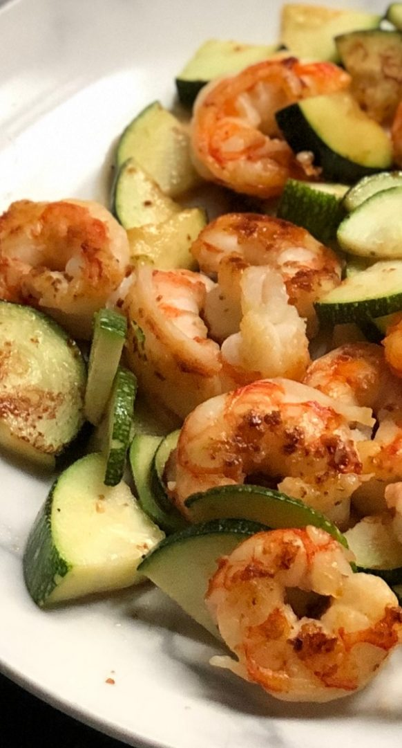 Air fryer shrimp and zucchini recipe. Shrimp with zucchini and spices cooked in an air fryer. Easy and tasty! #airfryer #dinner #shrimp #zucchini #recipes