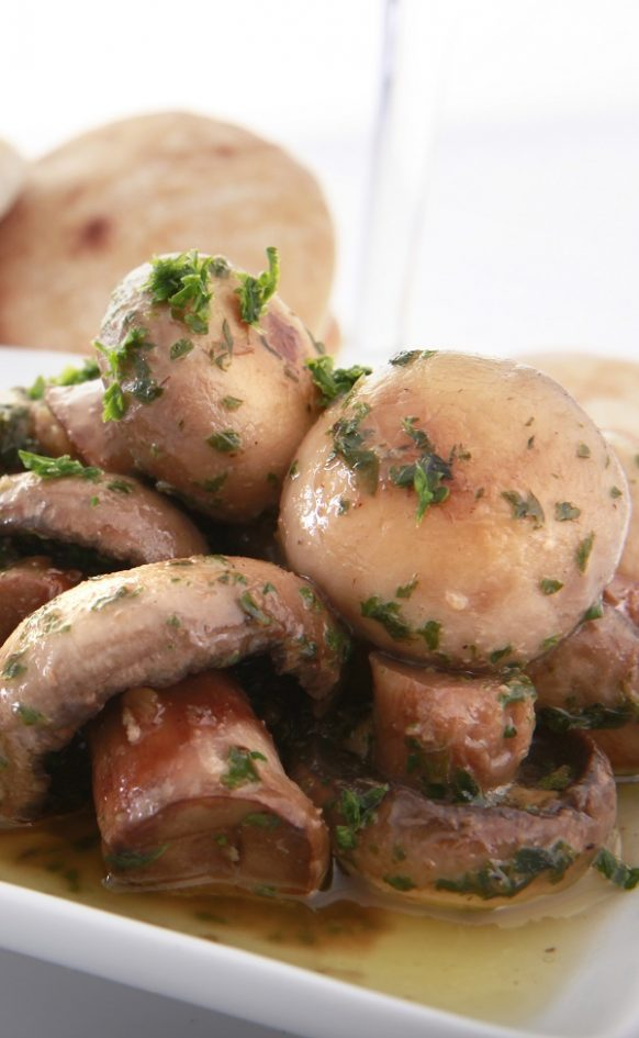 Slow cooker garlic mushrooms recipe. Mushrooms with garlic and herbs cooked in a slow cooker. Easy and delicious! #slowcooker #crockpot #dinner #lunch #sidedish